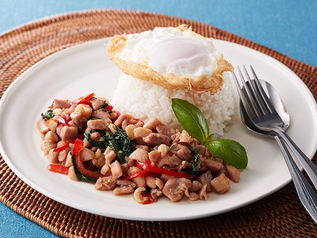 日本でも人気のタイ料理・ガパオ。バジルやナンプラーが手に入れば、家庭でも手軽に楽しめます。
